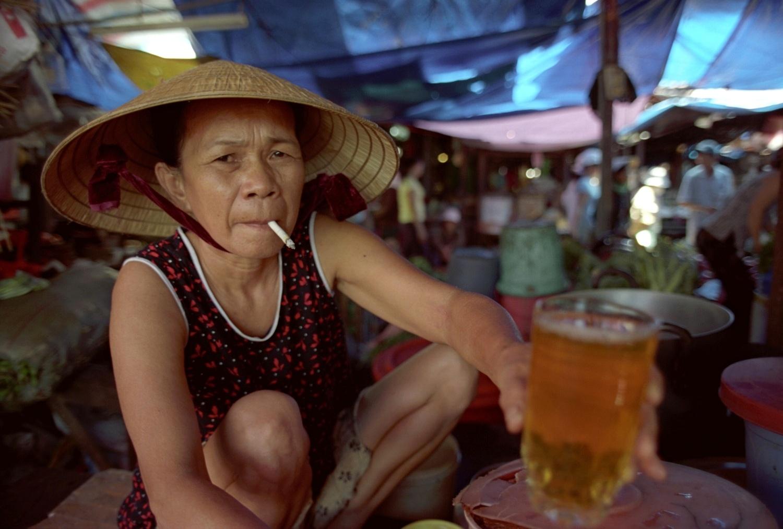 vitejte na vietnamskem trhu..zena me podava caj -Vinh Long