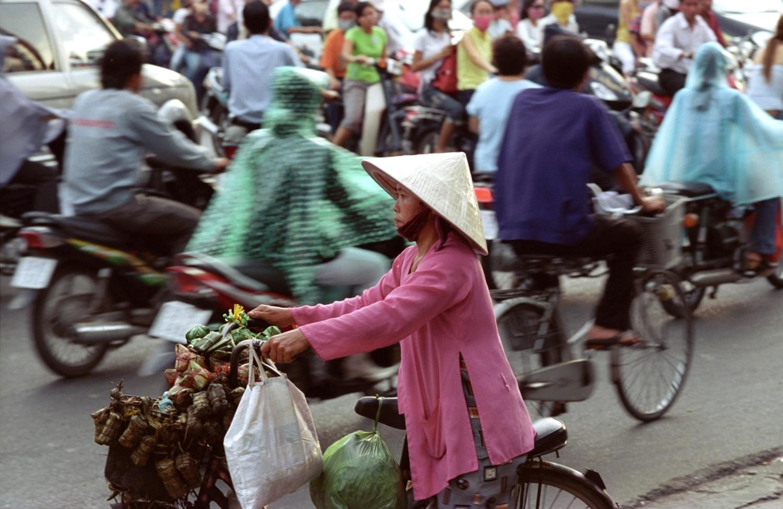 zena s kolem v doprave-Saigon